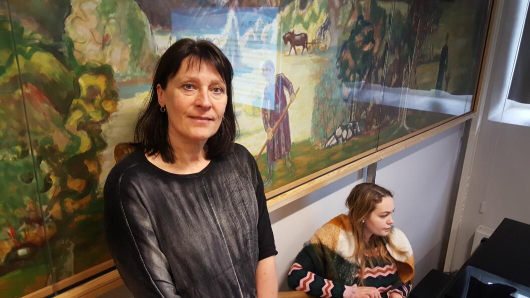 Kari-Janne Lid, politi og frem til i fjor mangeårige leder av Oslo-politiets seksjon for alvorlige seksuallovbrudd, og en av menneskene bak prosjektet DET ER MIN KROPP! I bakgrunnen skimtes Lise Fjærvoll, læreren til 9.-klassingene på Majorstuen skole som ble undervist som del av prosjektet i uke 6.