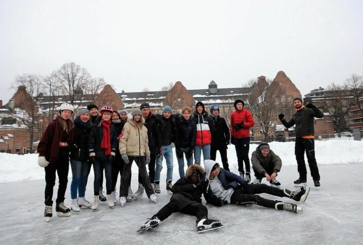 Elever fra Fabergorg skole på isen på Sophus Bugges plass, 4. februar.