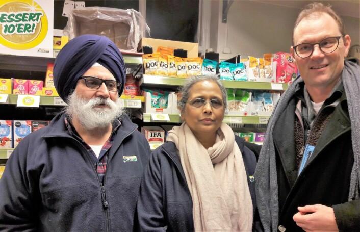 Da Ranjit Singh og kona Kaur pensjonerte seg fra Joker-butikken på Lindern, stilte 120 naboer opp utenfor butikken og takket paret for innsatsen gjennom mange år. Foto: Anders Høilund