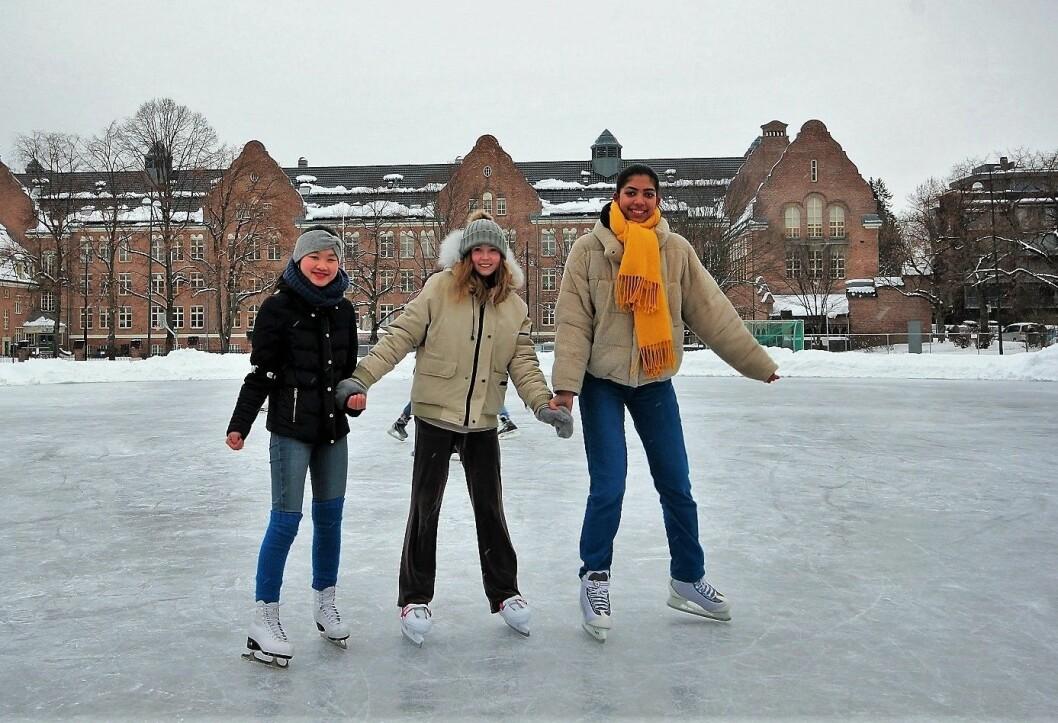 Elever fra Fagerborg skole prøver ut isen på Sophus Bugges plass (Bayern) under en gymtime, morgenen 4. februar.