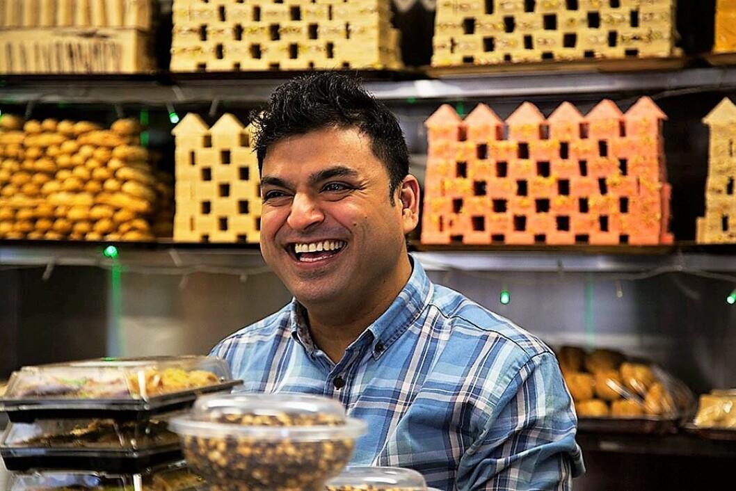 Madina Sweets har solgt pakistansk godteri på Tøyen i 30 år og hilser deg med «Hva skjer, bror?». Foto: Elisabeth Ulla Uksnøy.