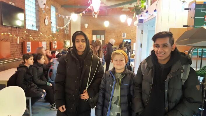 Hussain (16), Gabriel (15) og Sultan (16) er innom Haugenkafeen for å hive i seg dagens rett: deilig toast med ost. De er alle veldig positive til tilbudet.