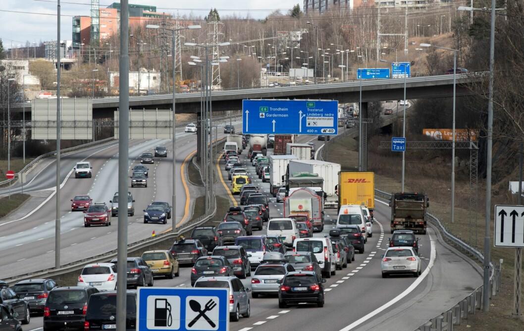 Stress i påsketrafikken. Mange skal frem til hytta, og trafikken går gjerne sakte. Foto: Vidar Ruud / NTB scanpix