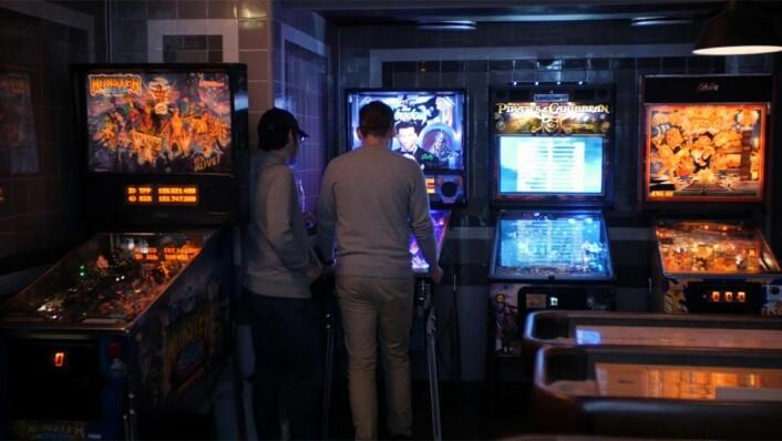 Spillere spiller på en av spillmaskinene til Kjell Gunnar Høen på Tilt. Tilt-medgründer og medeier Høen har en av verdens aller største samlinger arkademaskiner. Foto: Thor Langfeldt