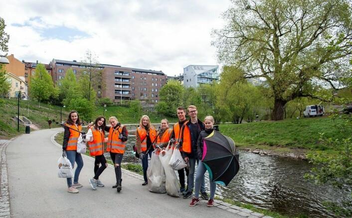 Ungdom er miljøengasjerte. Elever fra Elvebakken videregående skole plukket søppel helt opp til Sagene. Foto: Anders Høilund