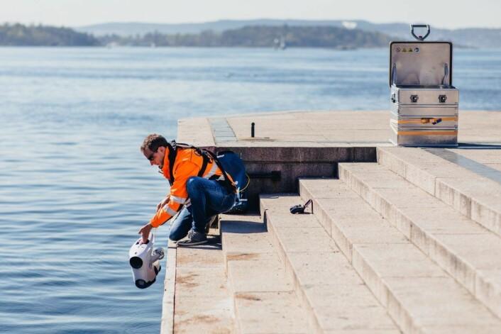 Oslo Havns egen dronefører og søppelinnsamler, Edvin Wibetoe, med en av dronene som kartlegger havbunnen i Oslofjorden. Foto: Geir Anders Rybakken Ørslien