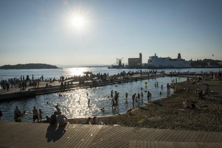 Sørenga sjøbad en varm sommerdag. Sjøbadet har blitt et svært populært innslag for strandløver og badende etter åpningen i 2015. Foto: VisitOSLO/Katrine Lunke
