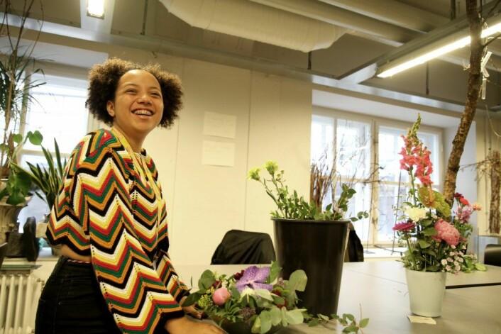 Fabia Buranello Johnson fra Ellingsrud skole trives som blomsterdekoratør.