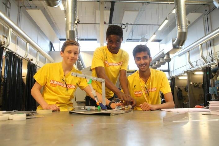 """Niklas Leporanta fra Vollebekk skole, Danial Bilal fra Holmlia skole og Clovis Bonja fra Holmlia skole liker seg på kurset """"Makerspace – prøv deg som ingeniør""""."""