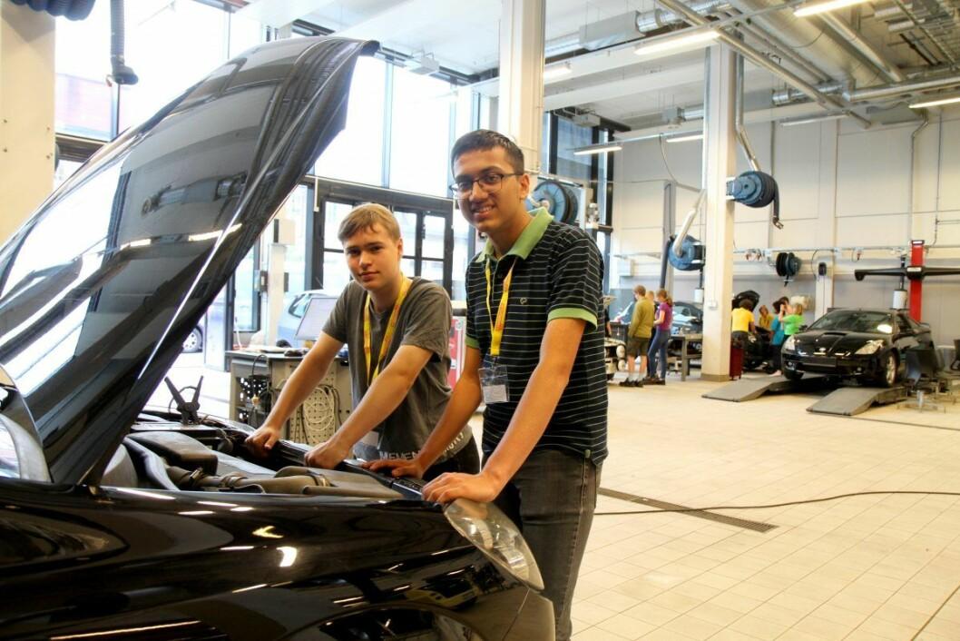 Håvard Kjeldseth Hansen fra Bøler skole og Aniruddha Girish Aramanekoppa fra IB-linja på Blindern vgs prøver seg på teknikk og industriell produksjon.