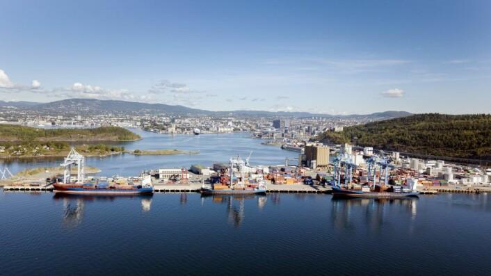 Norges største containerhavn, som heter Yilport Oslo. På bildet ligger tre skip inne i havn i 2018, og fire kraner er i sving for å losse disse. Foto: Espen Braata