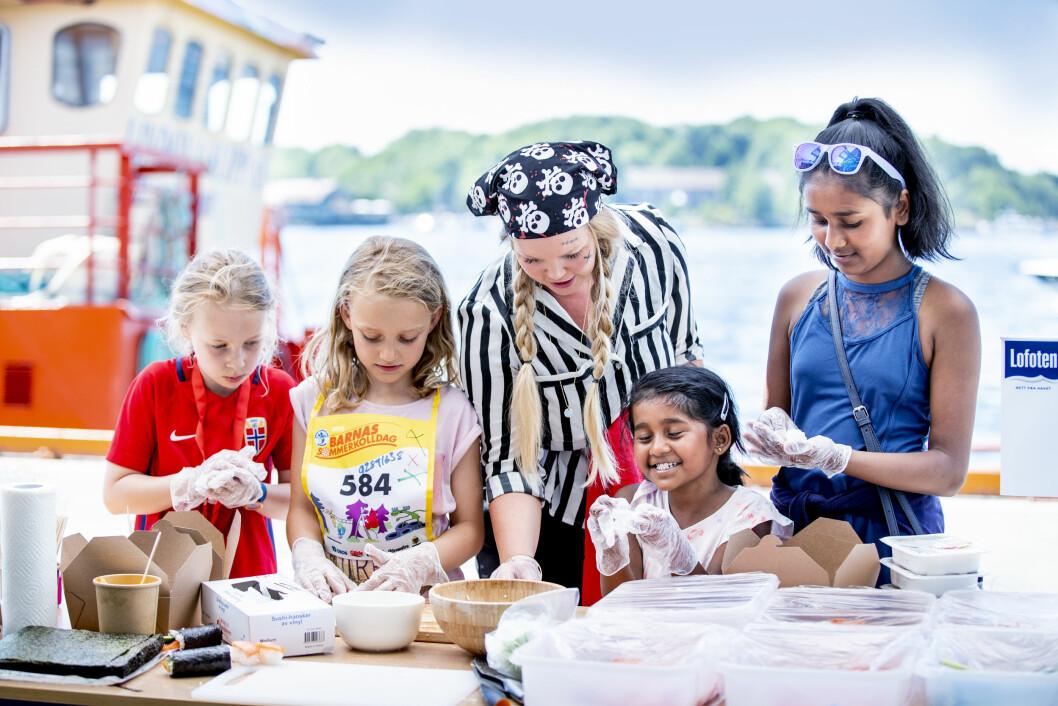 Havnelangs 2019 byr på mye moro og mange spennende aktiviteter for små og store. Her lager barn fiskemat på Havnelangs 2018. Foto: Bo Mathisen