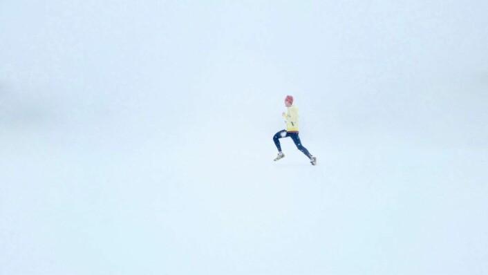 Varier gjerne joggeforholdene hvis du synes den vante rutinen begynner å bli kjedelig. I Norge burde være ganske greit å få til. Foto: Isaac Wendland på Unsplash