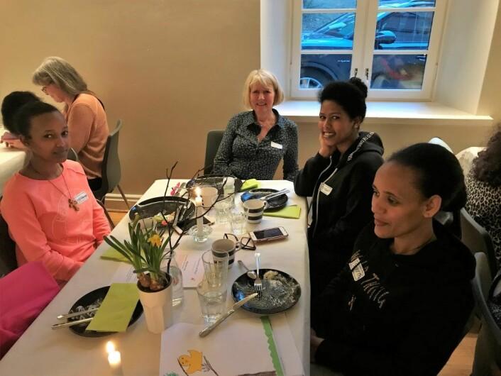 Kvinner på kvinnetreffet i Uranienborg menighet. Trude Brite Nergård i midten. Foto: Uranienborg menighet