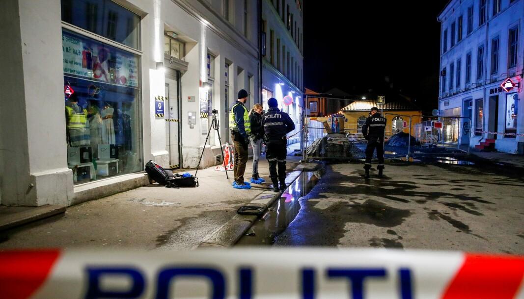 Politiet er på stedet der en person er alvorlig skadd etter et personran i Storgata.