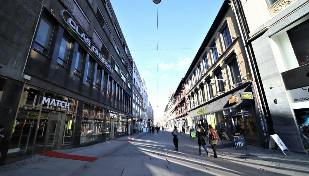 Slik så det ut i Torggata sist fredag. Butikkene var fortsatt åpne, men det var svært få som handlet i den ellers så travle handlegaten i Oslo sentrum.