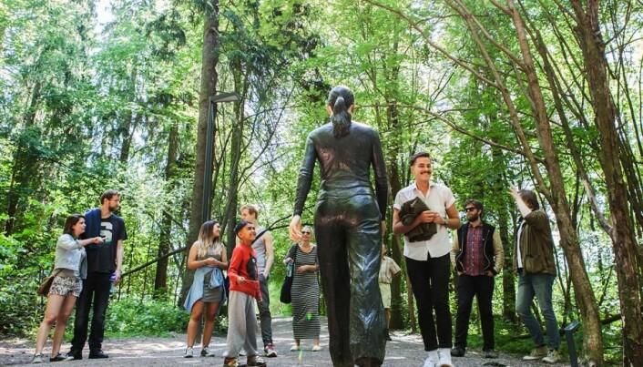 Vandrende kvinne i Ekebergparken skulpturpark.