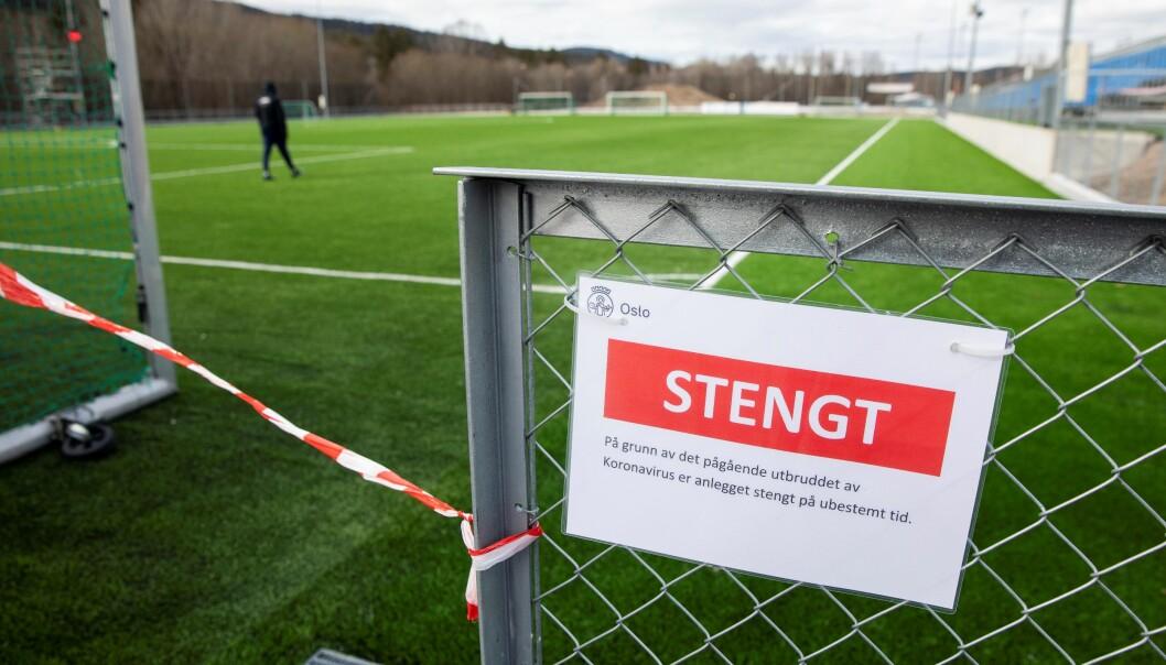 Kommunale fotballbaner i Oslo er stengt under koronapandemien. Likevel er det noen som benytter banene, som her på Kringsjå.