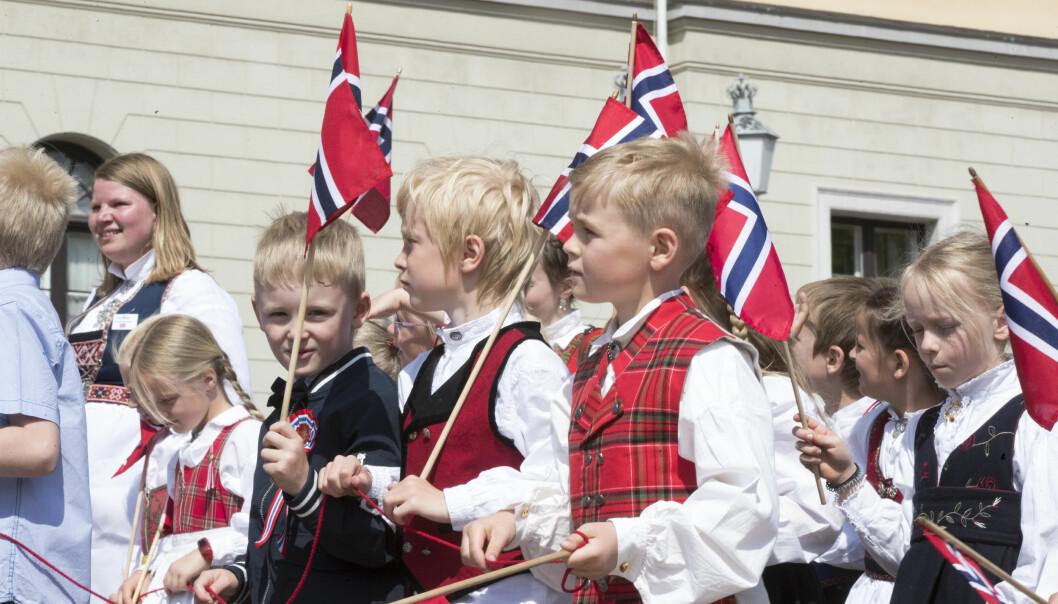Barnetoget går oppover Karl Johans gate i Oslo sentrum 17. mai.