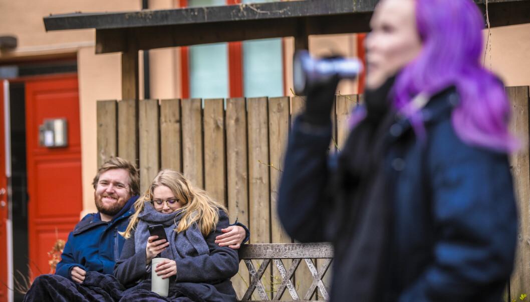 Pål Primstad og Hedda Istad på en benk i bakgården i Lillefoss velforening i Oslo der Anna Nøhr inviterte naboer til bakgårdsquiz.