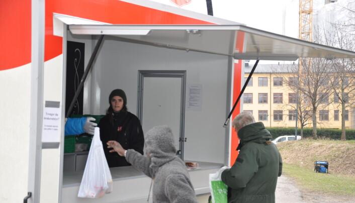 Da VårtOslo var ved matvogna tirsdag morgen kom folk og hentet matposer og lapskaus. Så gikk de fra stedet.