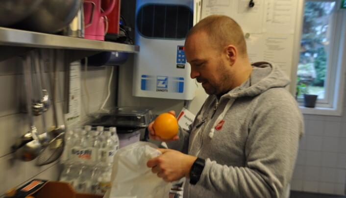 Geir Gustavsen pakker matpose i Frelsesarmeens lokaler Fyrlyset i Urtegata.