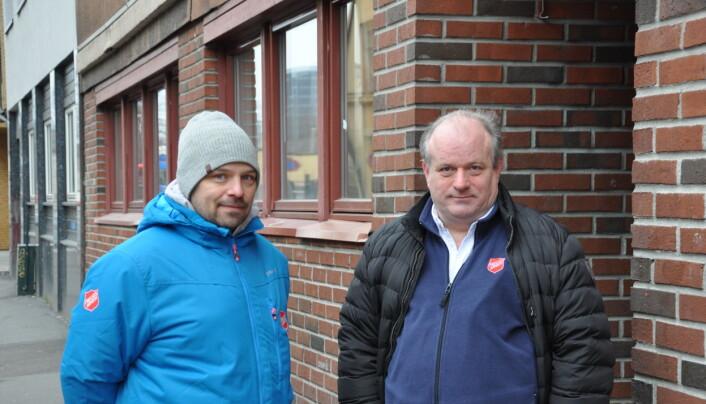 Geir Gustavsen og Frode Woldsund utenfor Fyrlyset i Urtegata. Her har Frelsesarmeen holdt til siden 1888.