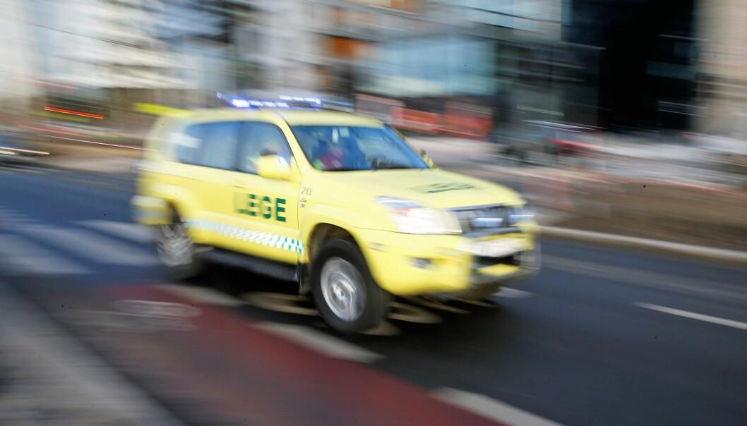 En fødende kvinne fraktes til sykehus i ambulanse etter et trafikkuhell på Carl Berners plass.