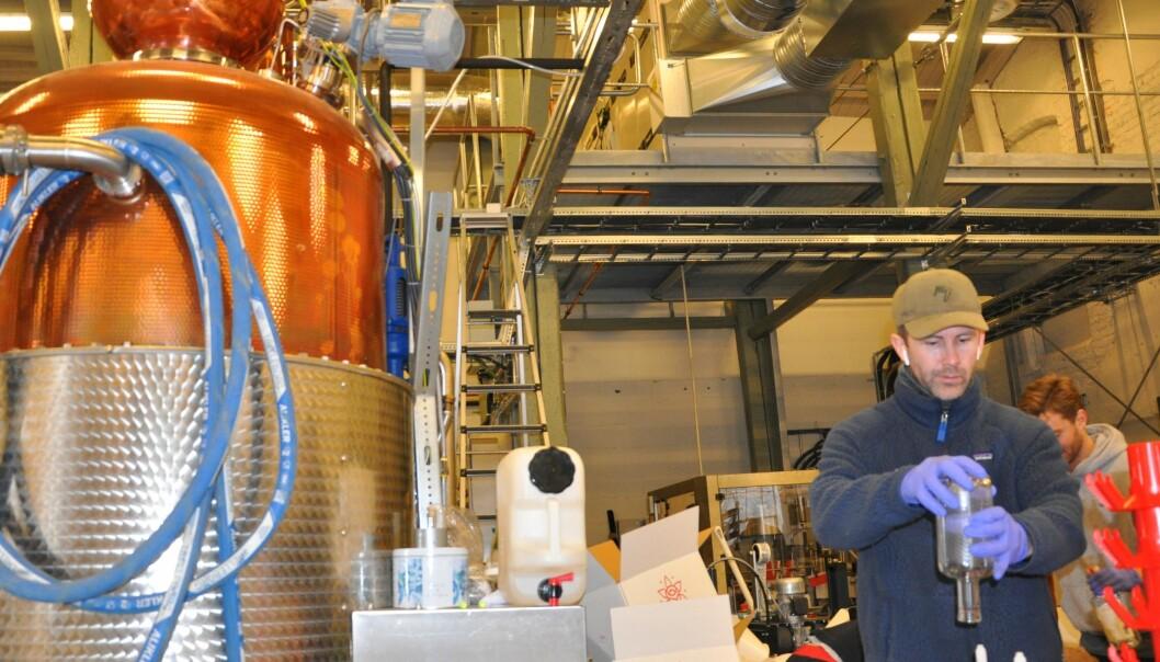 Tirsdag morgen tappes siste akevittflaske ved Oslo Håndverksdestilleri på Bryn. Onsdag var bedriften i gang med å lage desinfiserende håndsprit.