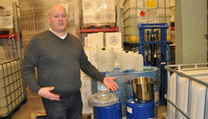 Espen Tollefsen og Oslo Håndverksdestilleri på Bryn har byttet ut urter, krydder og bær til gin og akevitt med isopropanol, glyserin og hydrogenperoksid til håndsprit.