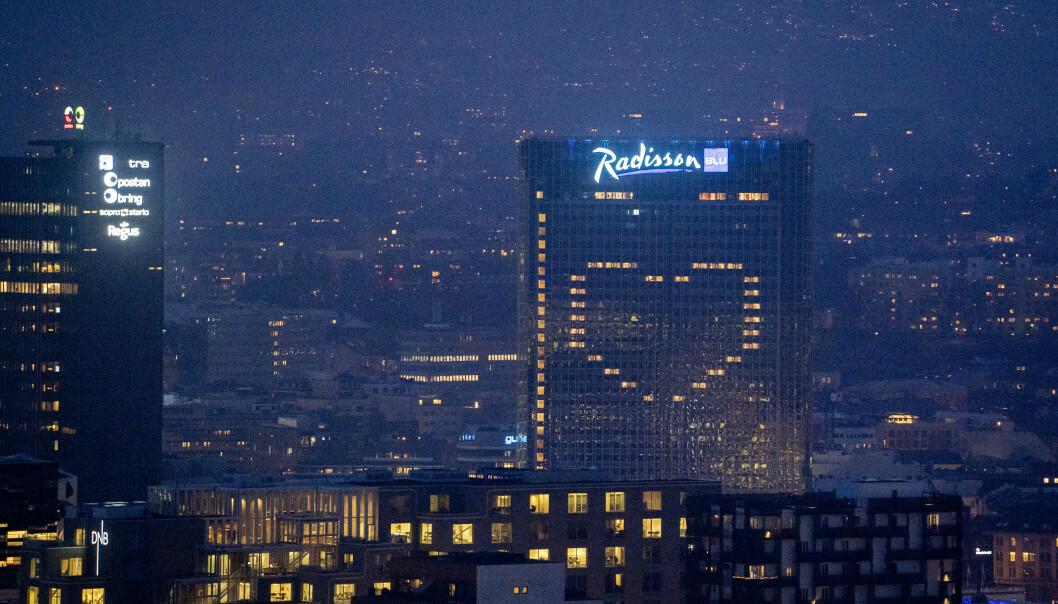 Oslo Plaza lyssatte onsdag kveld vinduene på hotellet som et stort hjerte.
