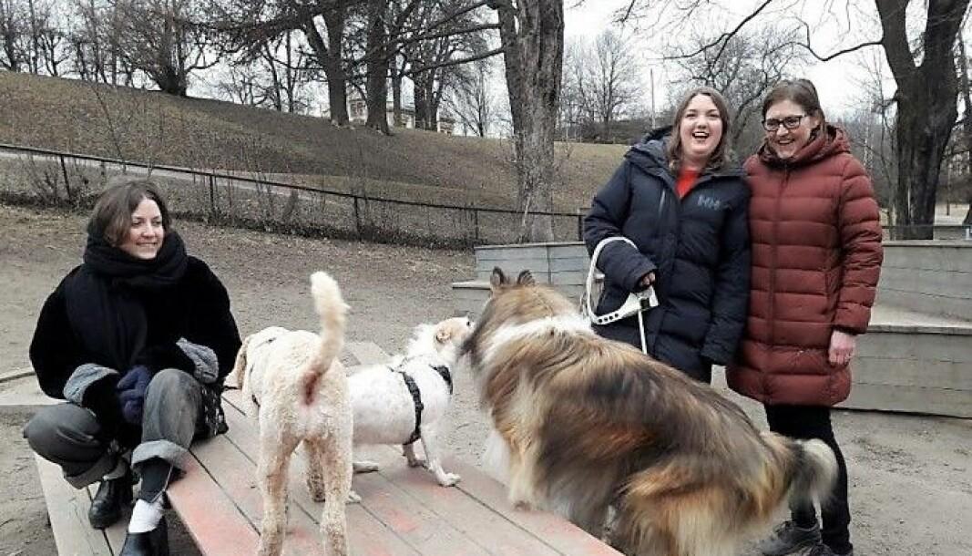 Leder i Stensparken hundeforening, Hilde Andersen (t.h), klager inn vedtaket om stenging av hundeparken i Stensparken for Fylkesmannen..