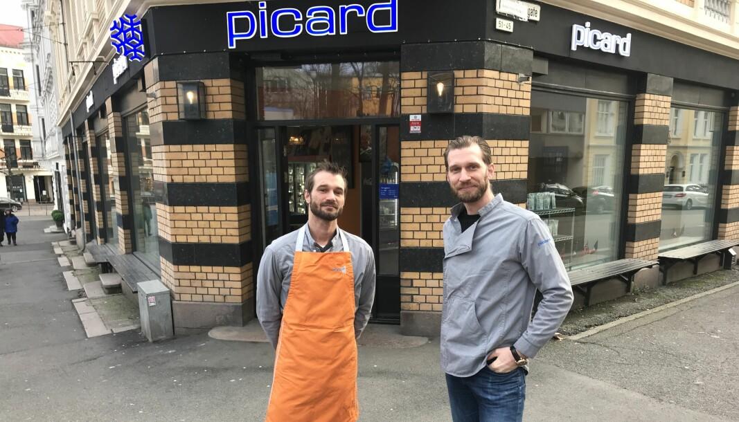 – Det er hyggelig å se at folk setter pris på maten hos oss, men jeg ønsker å presisere at vi har nok av varer, så det er ingen grunn til hamstring, sier Yann Faremo (til h). Til venstre: Gaël Faremo.