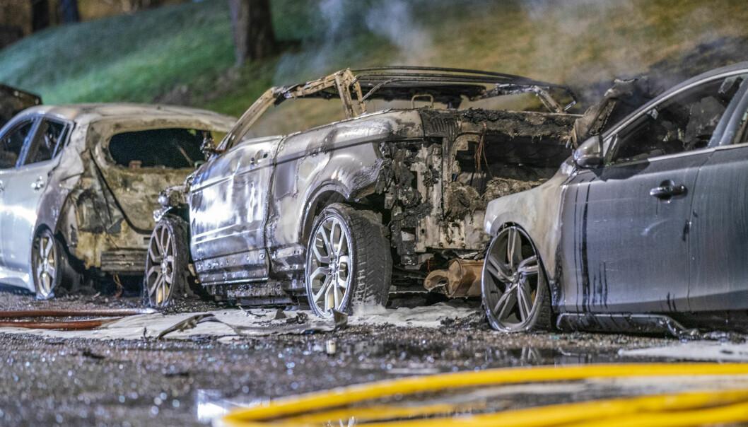 Fem biler som brant på Sletteløkka på Linderud i slutten av mars. Politiet mistenker at brannen er påsatt. Foto: Stian Lysberg Solum / NTB scanpix