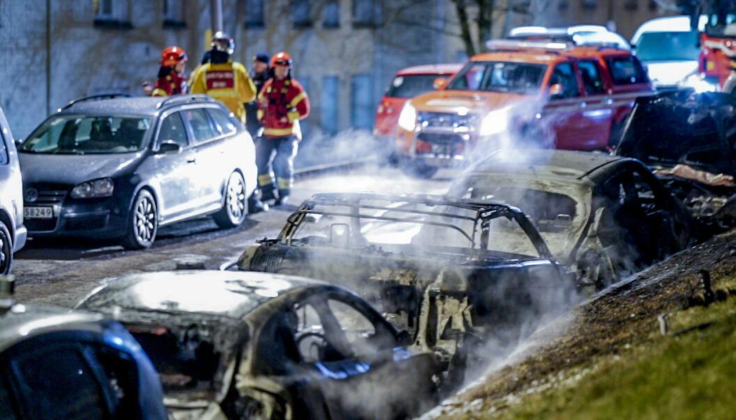 Brann i fem biler på Sletteløkka på Linderud natt til lørdag. Politiet mistenker at brannen er påsatt.