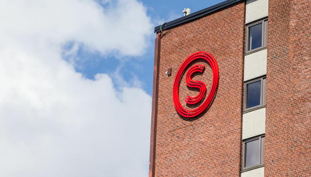 Logoen til Studentsamskipnaden i Oslo henger på et av byggene til boligene i Kringsjå studentby. Nina Arnesen og Merita Fjetland mener SiO ikke forvalter sitt mandat om å tilrettelegge for velferden til studentene.