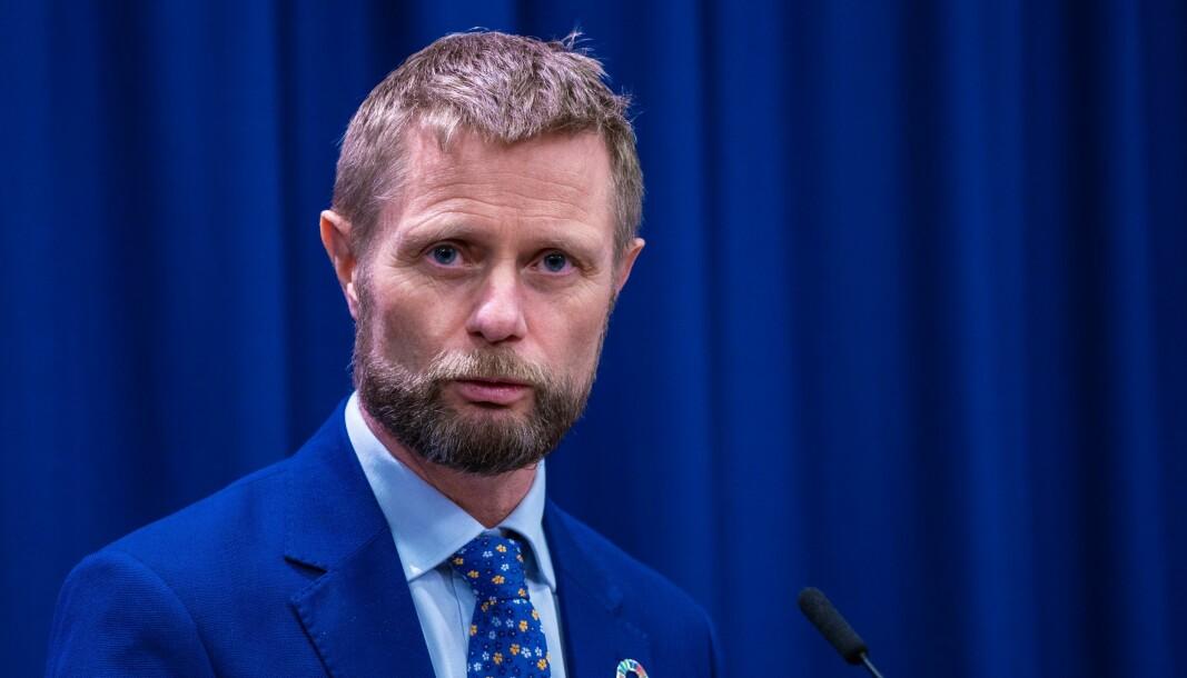 Helse- og omsorgsminister Bent Høie mener kommunene må sørge for god nok testkapasitet selv.