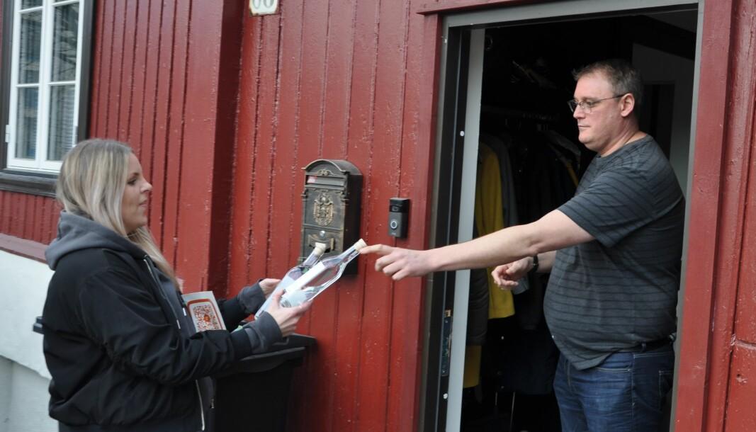 Anna Stina Theoren (til v.) hadde mange leveranser av desinfiserende håndsprit til kunder i Oslo mandag morgen. Aleksander Bretteville var nesten gått tom.