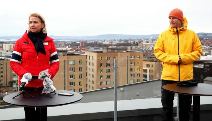 Idrettspresident Berit Kjøll og helsedirektør Bjørn Guldvog står sammen bak kravene om at det fortsatt bare skal være fem personer i aktivitet på idrettsbanen samtidig.