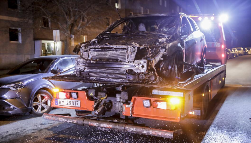 Den utbrente bilen i Martin Linges vei er tauet inn for undersøkelser, som skal bringe på det rene om brannen var påsatt. Kriminalvakta har avhørt mange vitner som varslet om brannen.