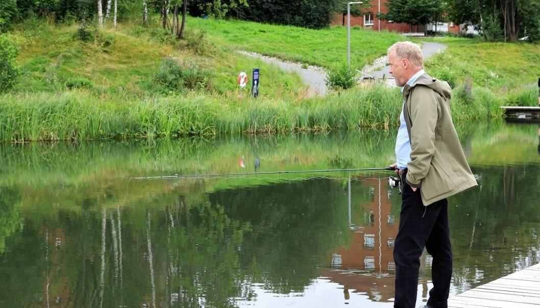 Byrådsleder Raymond Johansen lot seg friste til en fisketur i Hovinbekken, midt under valgkampen i fjor høst
