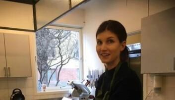 Daglig leder Ida Pedersen er i full gang med å pakke mat som skal ut fra Majorstuen seniorarena