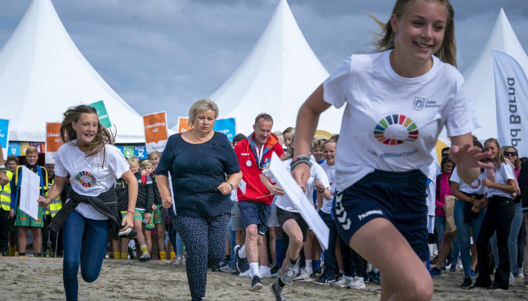 Statsminister Erna Solberg (H) er blant dem som skal bestemme om det blir Norway Cup i år. NC-sjef Pål Trælvik i midten.