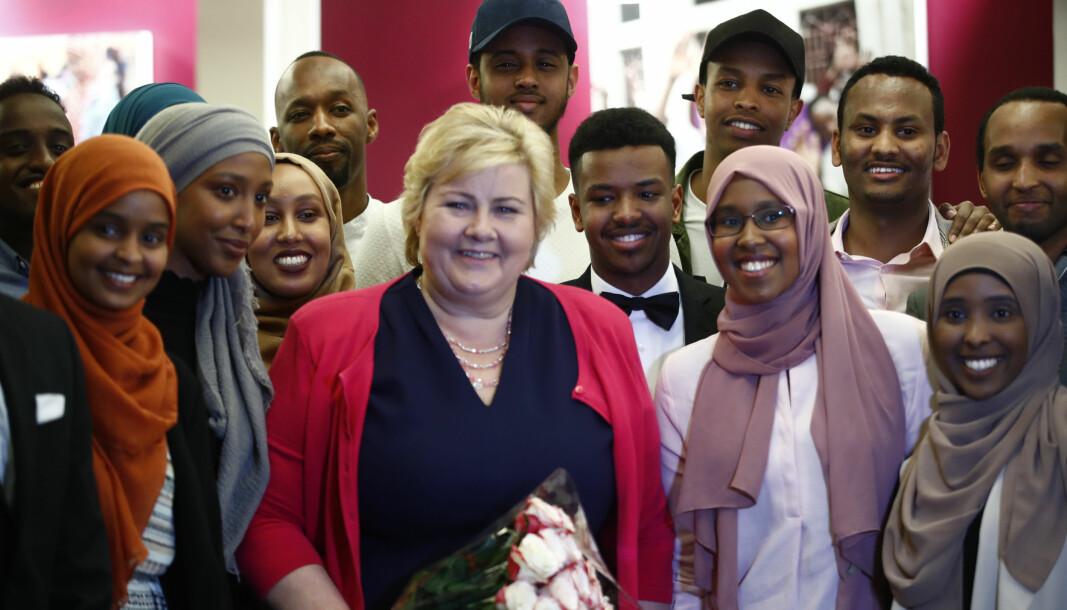 Det offentlige var ikke godt nok forberedt på å informere om koronakrisen på ulike språk. Statsminister Erna Solberg (H) deltar på et tradisjonelt Iftar-måltid sammen med unge somaliere.