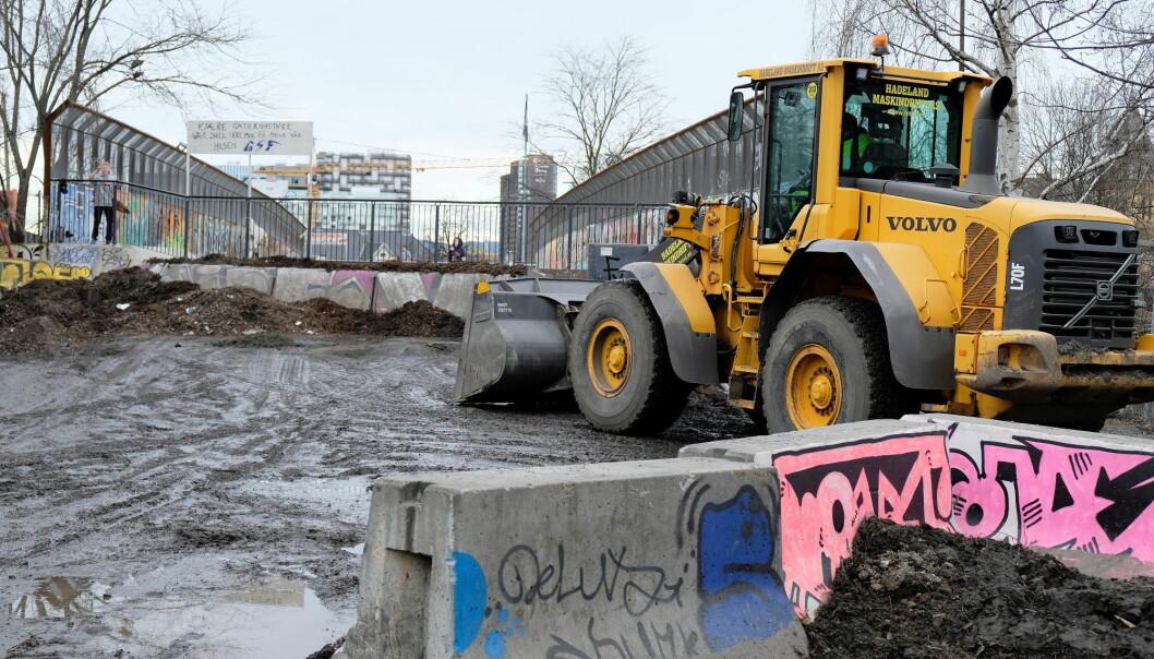 Bymiljøetaten forslummer området her med å lagre avfall ved Dyvekes bro, mener beboere i Gamlebyen