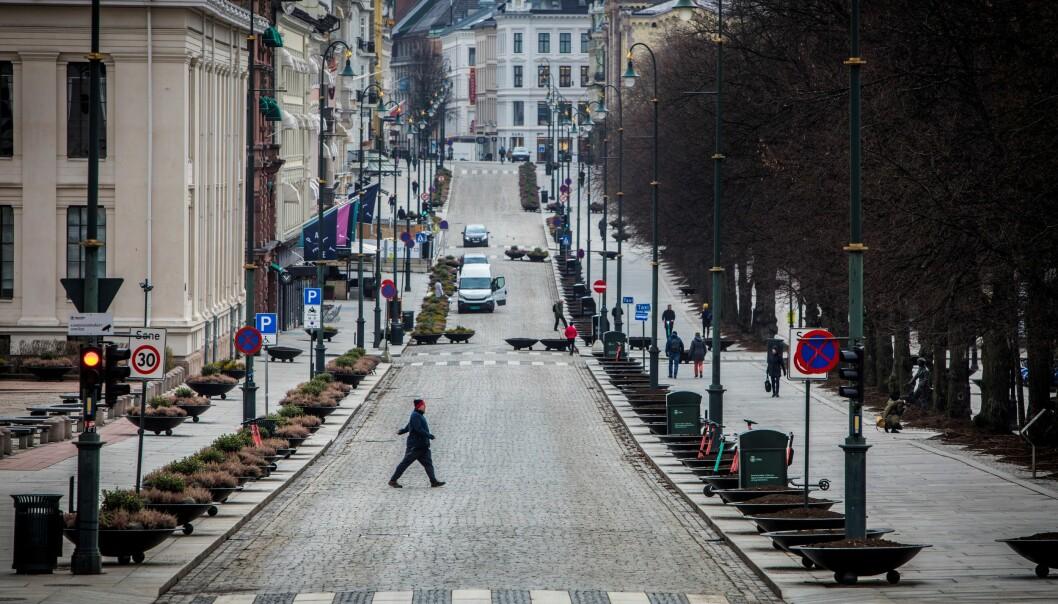 Slik så Karl Johans gate ut klokken 10.30 23. mars 2020. Koronapandemien har satt sitt preg på bybildet.