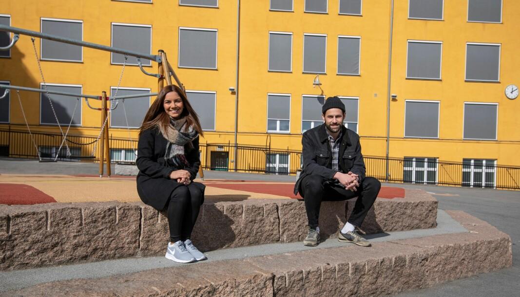 Ungdomskonsulentene Lilav Baker og Rune Grønbakken foran Ila skole.