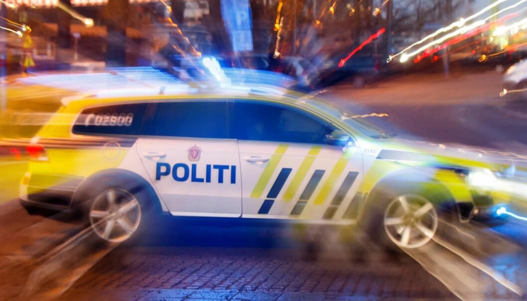 Politiet jobber natt til lørdag på stedet samtidig som de søker etter gjerningspersonene.