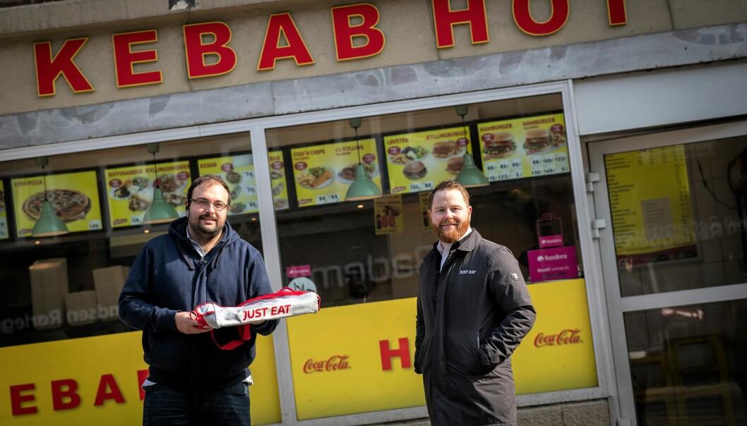 Utenfor Kebab Hot på Carl Berner: Asjed Khan (til v.) sammen med Odd Stian Gullhav fra Just Eat.
