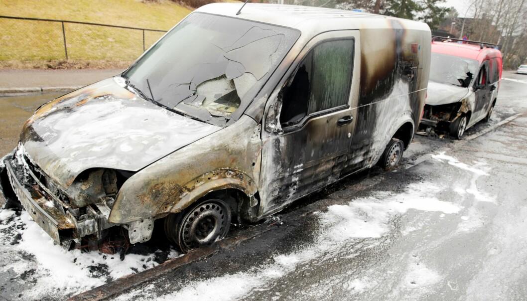 Det brant søndag morgen i flere biler i Haugerudveien i Oslo. Ifølge politiet var brannene påsatt.